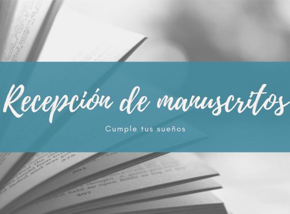 """Fotografía de un libro pasando las páginas en blanco y negro. Encima, un cartel de fondo azul con letras blancas en el que se lee """"Recepción de manuscritos. Cumple tus sueños""""."""